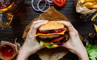 A hamburger hátterében